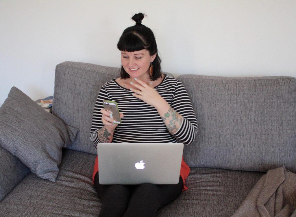 Vähän multitaskingia. Fairia kännykällä ja koneella muita hommia.