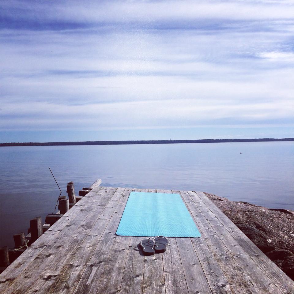 Viime kesänä joogasin saaristossa. Sinne otan mukaan myös Yoogaian.