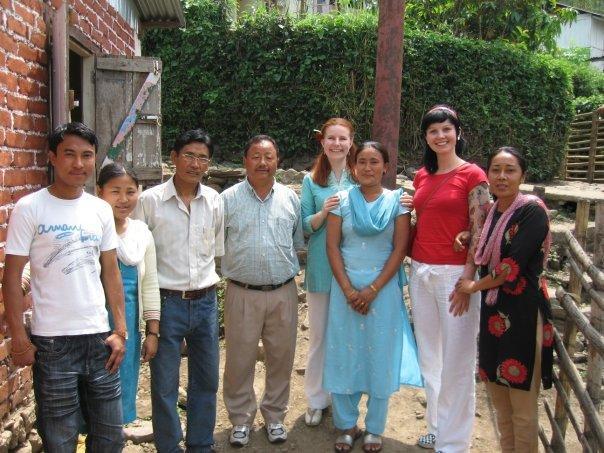 Minä punaisessa paidassa, toinen suomalaisrouva turkoosissa ja kyläkoulun opettajat.