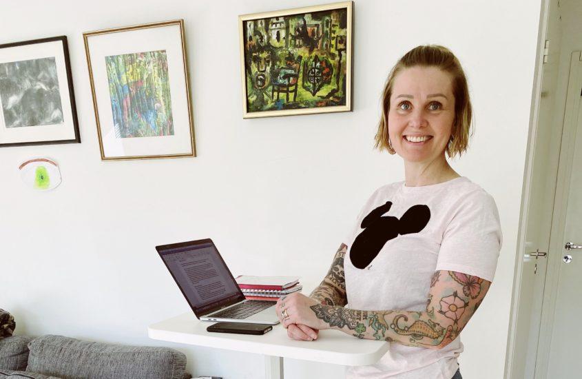 Seiso oikein työpöydän ääressä – seisomapöytä helpottaa työntekoa